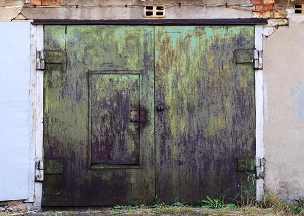 Staré a strašidelné garážové brány, ktoré by potrebovali vynoviť