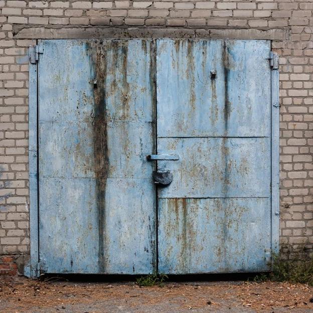 Brána pripomínajúca tvár