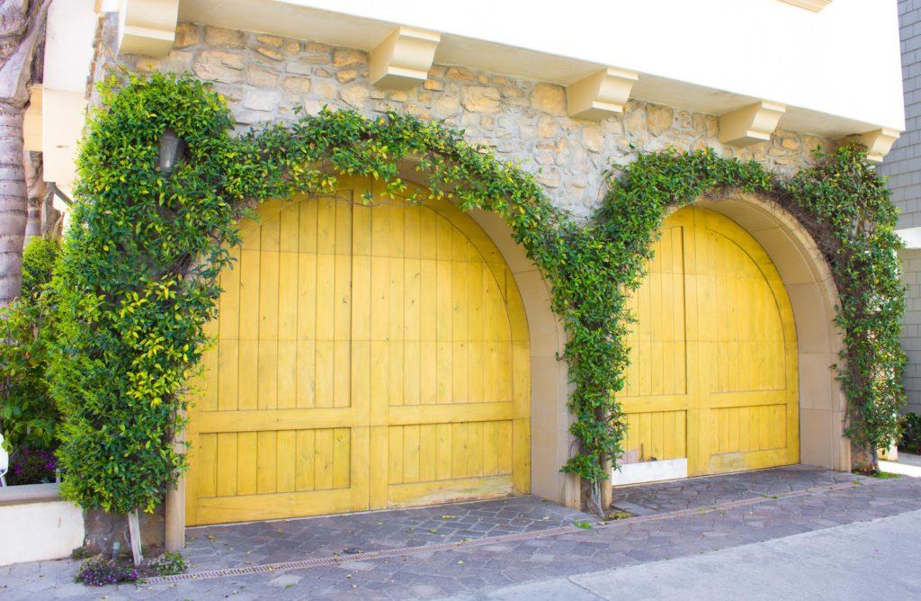 6 skrášlení garážovej brány, ktoré máte na dosah ruky
