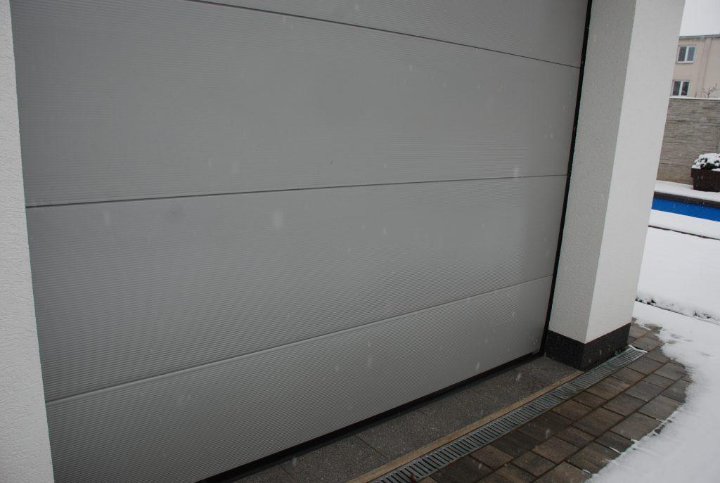 Sekciová garážová brána: Údržba v zime