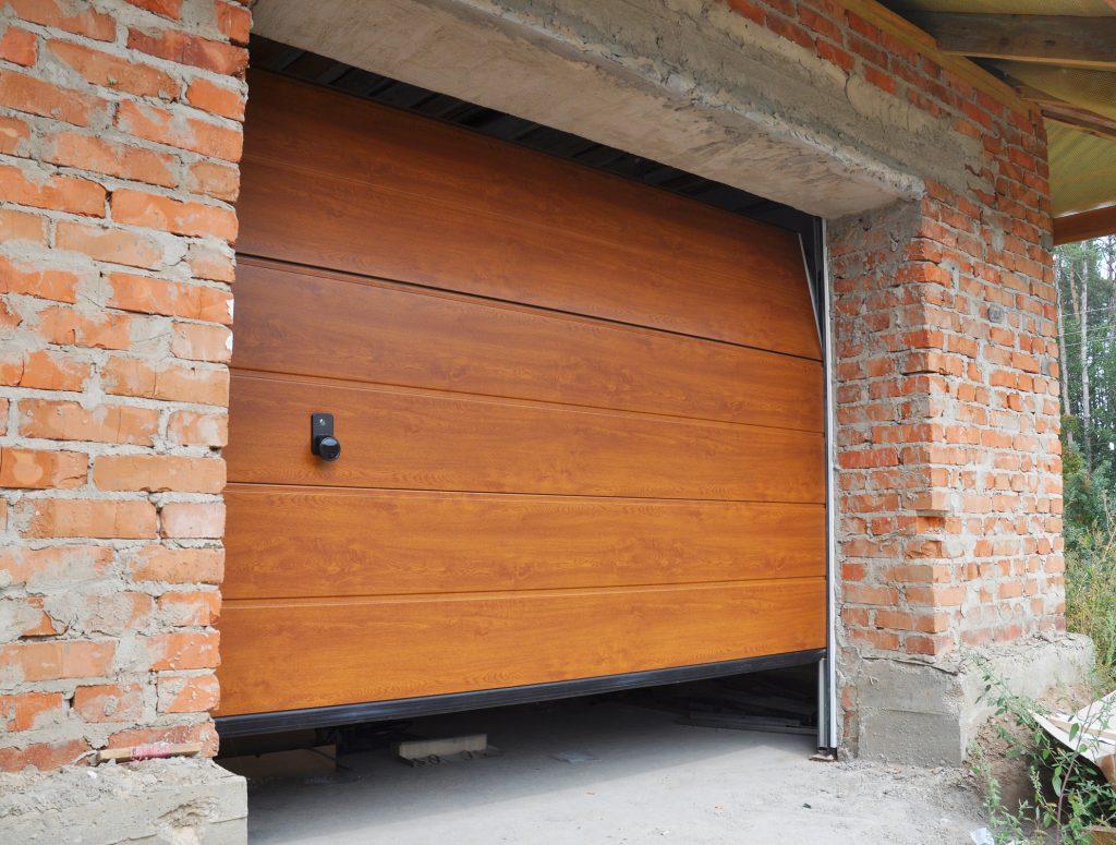 Zaseknutá garážová brána. Poradíme vám, ako to vyriešiť