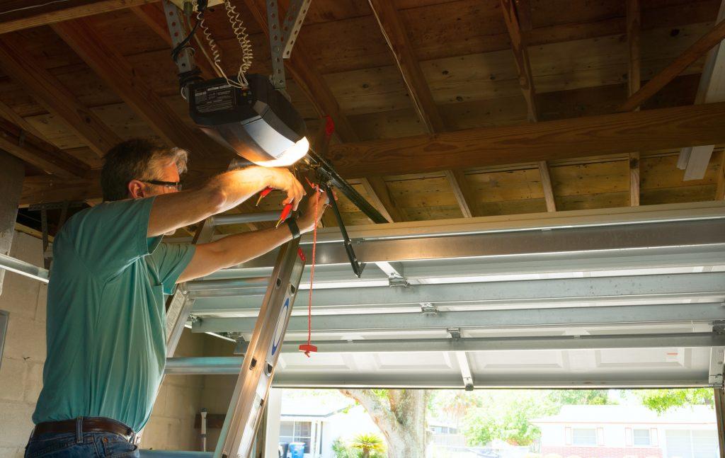 Funguje vaša stará garážová brána správne? Urobte rýchlu revíziu