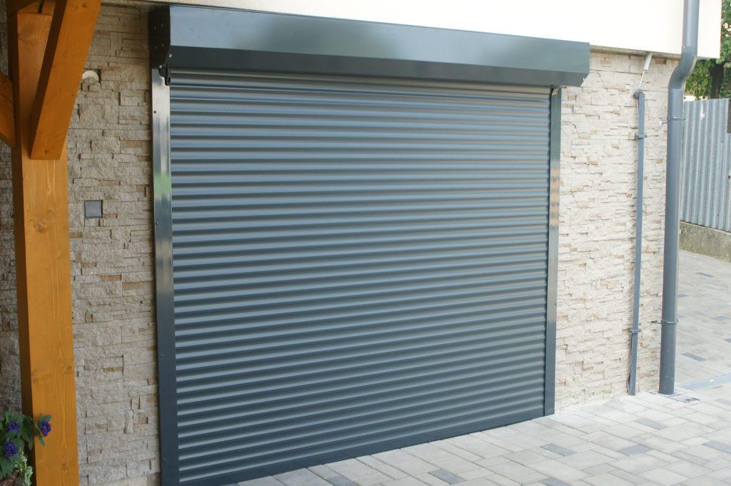 Rolovacie garážové brány: Do domu či haly?