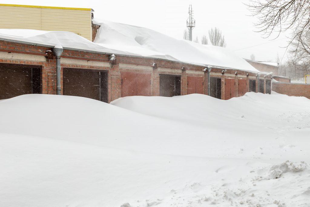 Poruchy garážových brán v zime a ako ich vyriešiť