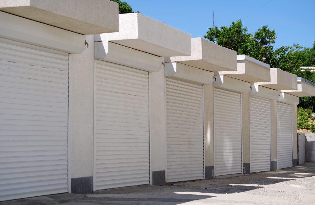 5 výhod, ktorými sa môže popýšiť rolovacia garážová brána
